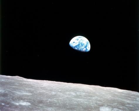La Terra sorge sull'orizzonte lunare