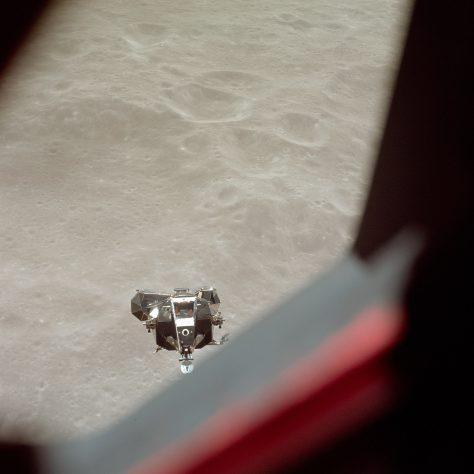 Il LEM si è staccato da Apollo 11 e inizia la discesa verso la Luna