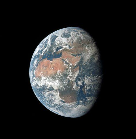 La Terra vista durante il volo traslunare da una distanza di 100.000 km