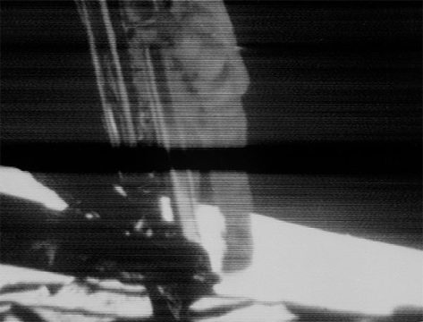 Neil Armstrong sta per posare il piede sulla Luna. Come visto in TV
