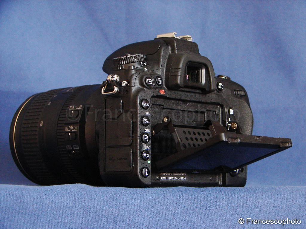ea3a8ad5d6 Nella parte posteriore i comandi seguono uno schema comune a quasi tutte le  Nikon. La differenza evidente è lo schermo ribaltabile in alto e in basso  che ...