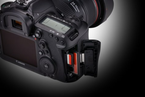 EOS 5D MARK IV_ Detail Dual card slots Beauty 02v